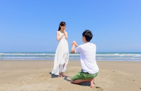 プロポーズされて喜ぶ女性