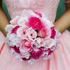 綺麗なブーケを持つ花嫁