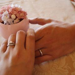 結婚指輪とつなぐ手