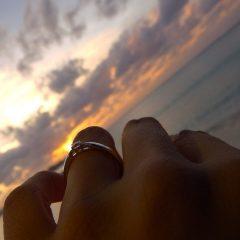 夕焼け空と海と婚約指輪