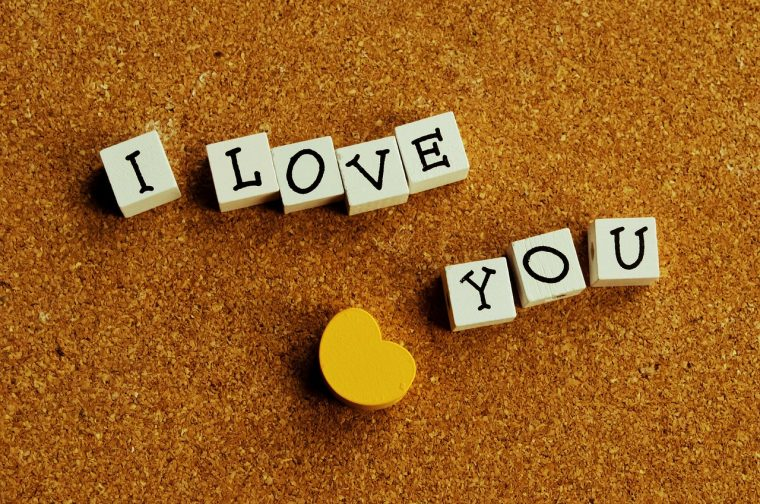 I LOVE YOUと並べた木のビーズ