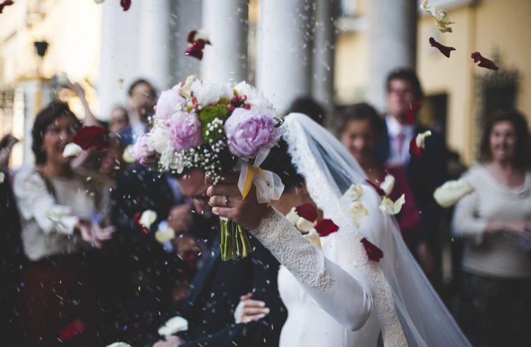 祝福される結婚式中の夫婦