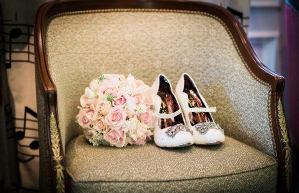 ウェディングブーケと靴