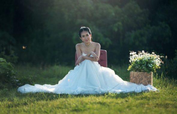 芝生に腰を下ろす花嫁