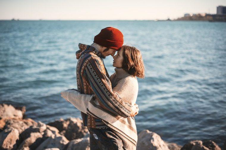 浜辺で見つめ合うカップル