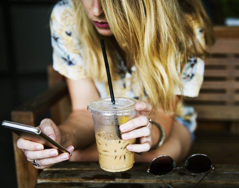 カフェテラスにいる女性