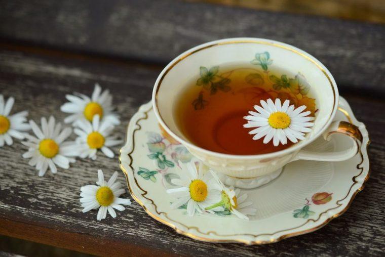 花を浮かべた紅茶
