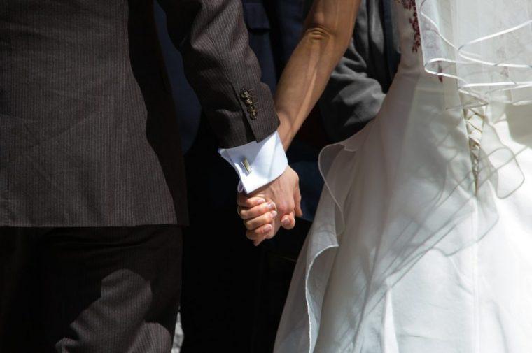 手を繋ぐ新婚夫婦