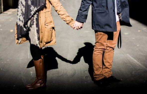手を繋ぎながら散歩するカップル