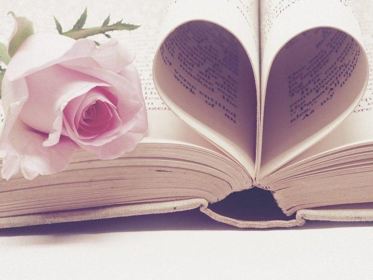バラとハート型に折った本
