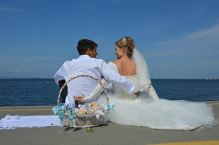 婚活で出会って海辺で結婚式