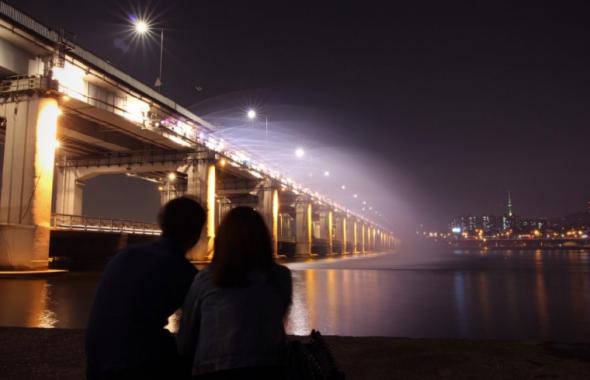 夜景を眺めるカップル