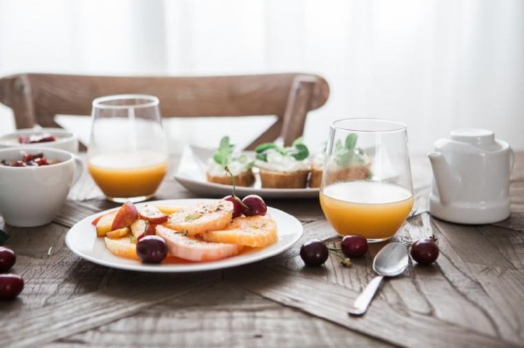 フルーツのある食卓