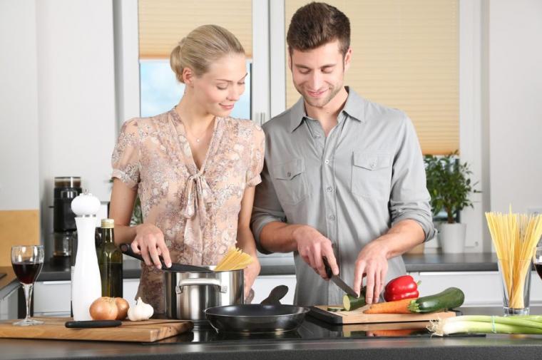 一緒に料理をするカップル