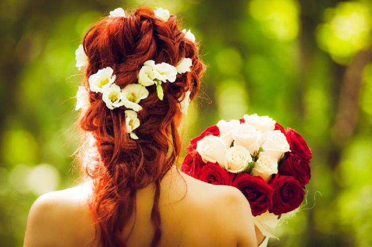 花飾りをした花嫁