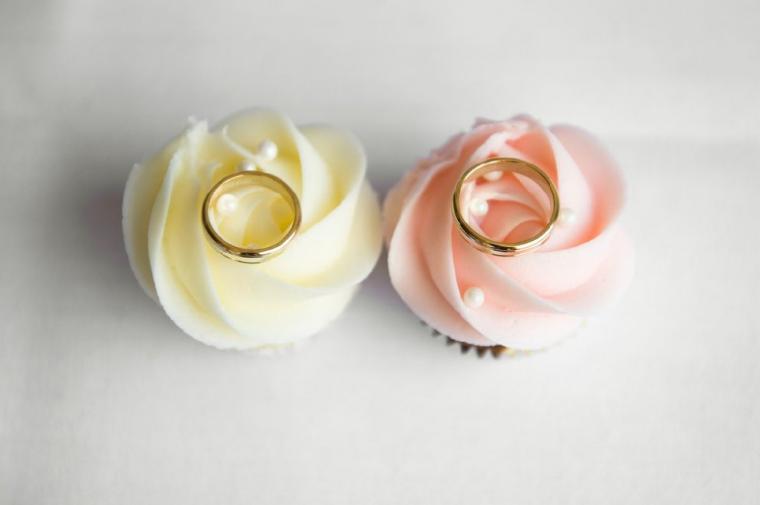 バラの上に乗った結婚指輪