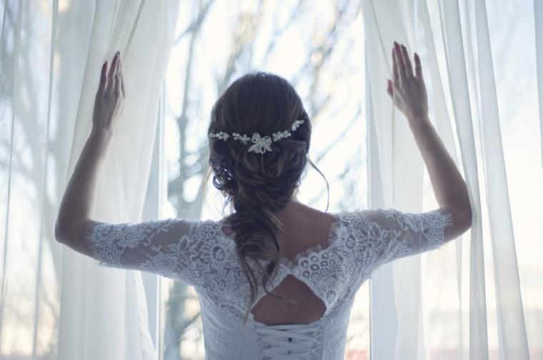 外を眺める花嫁