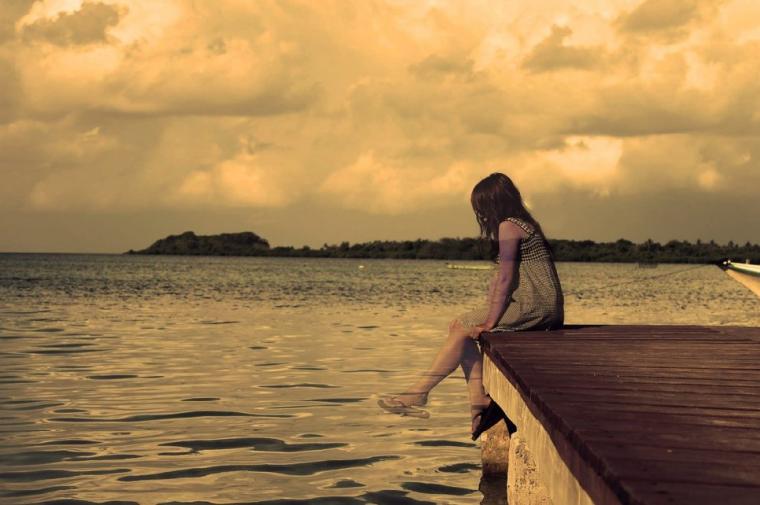 海に透ける少女