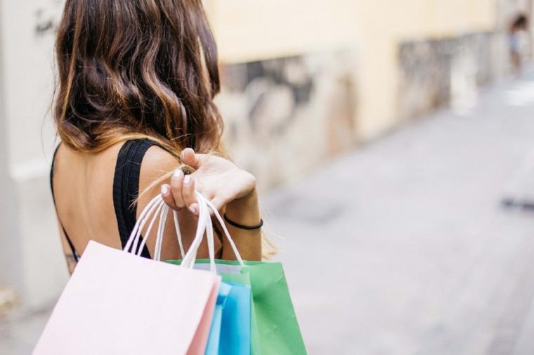 ショッピング帰りの女性