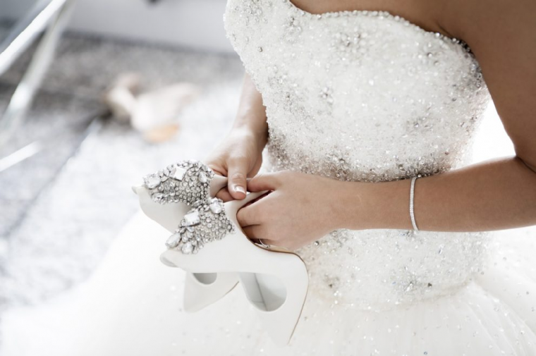 ウエディングシューズを持つ花嫁