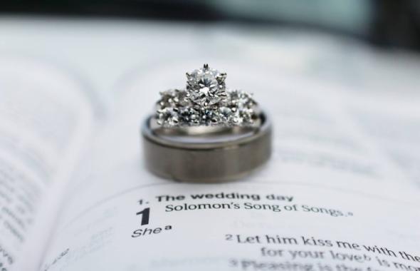 本の上の指輪