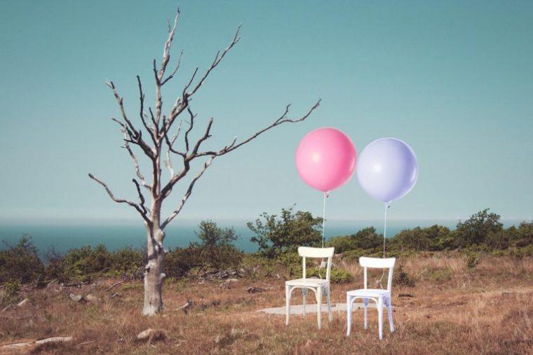 風船と椅子