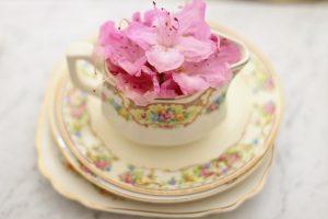 花の入ったコーヒーカップ