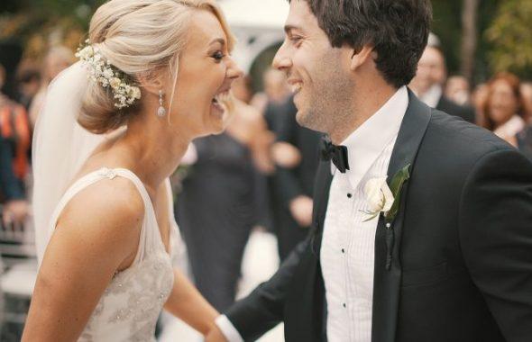 笑い合う新婚夫婦