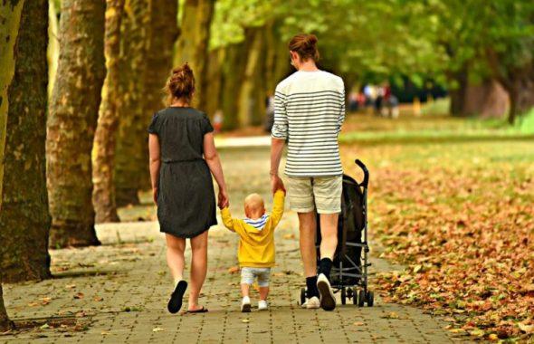 紅葉の中を散歩する家族